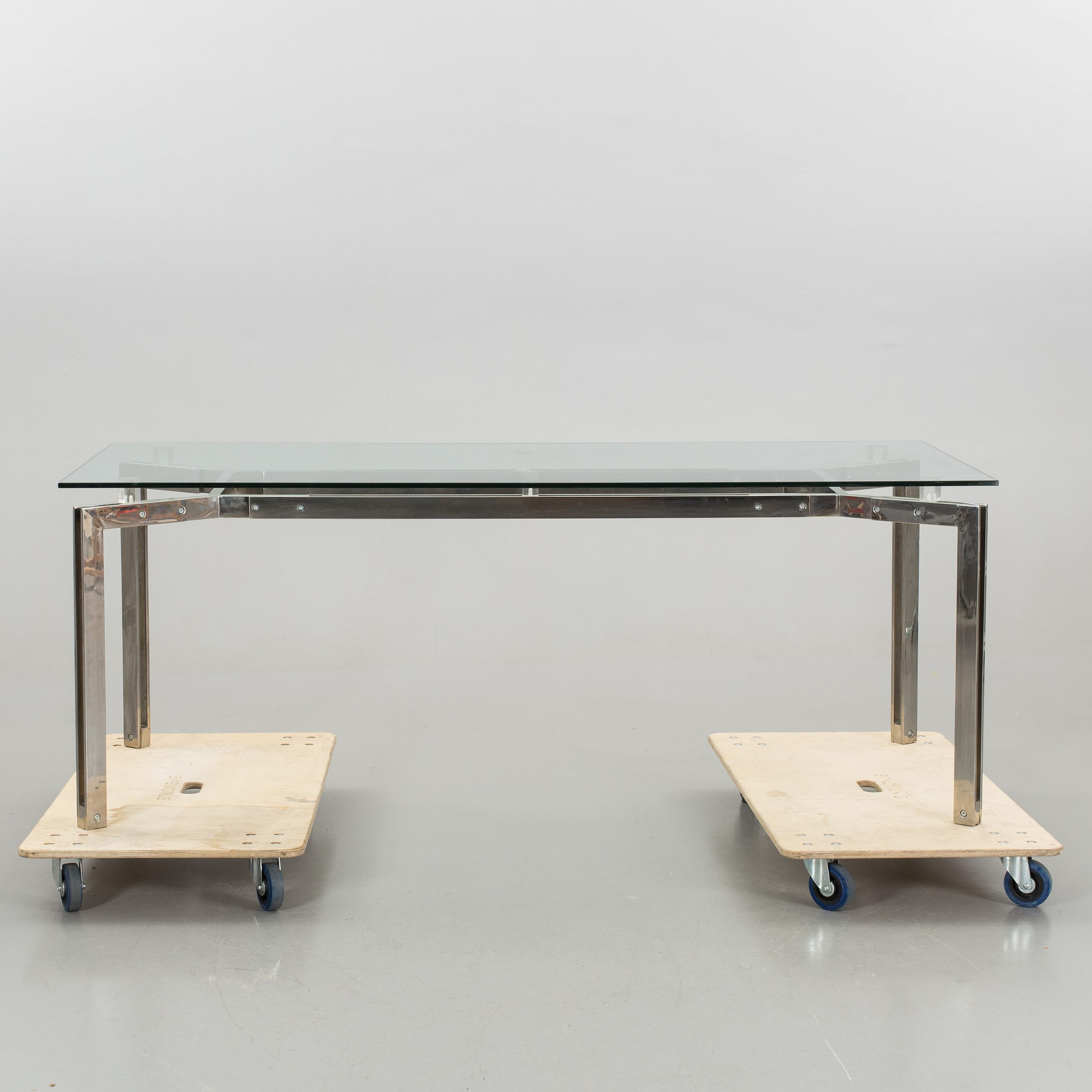 A Dining Table With Glas Table Top On A Table Base In Pertaining To Most Recently Released Long Dining Tables With Polished Black Stainless Steel Base (View 29 of 30)