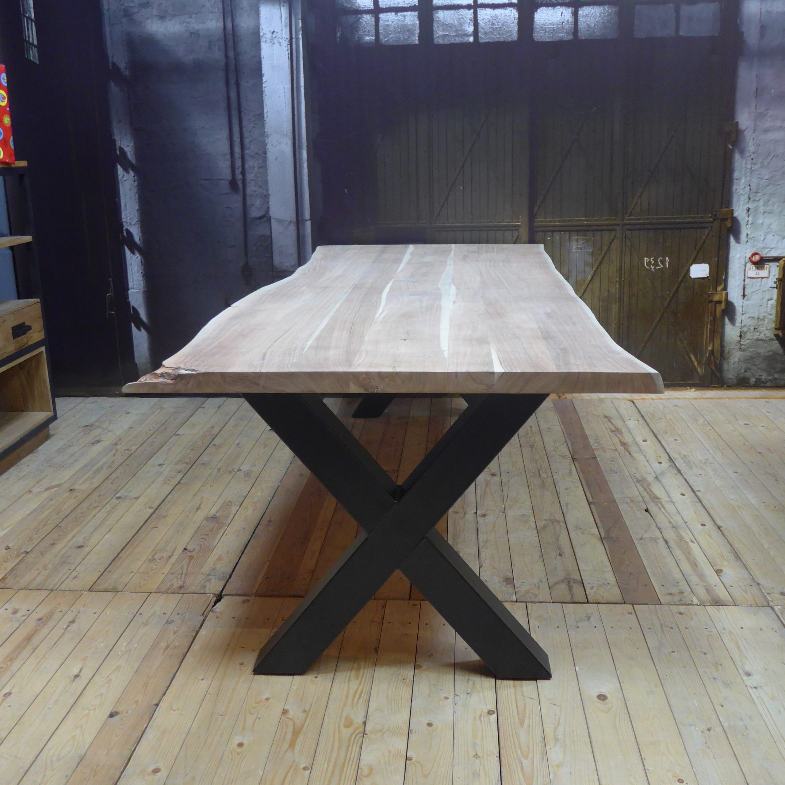 Popular Eettafel Live Edge Urbansofa Inside Acacia Wood Top Dining Tables With Iron Legs On Raw Metal (View 28 of 30)