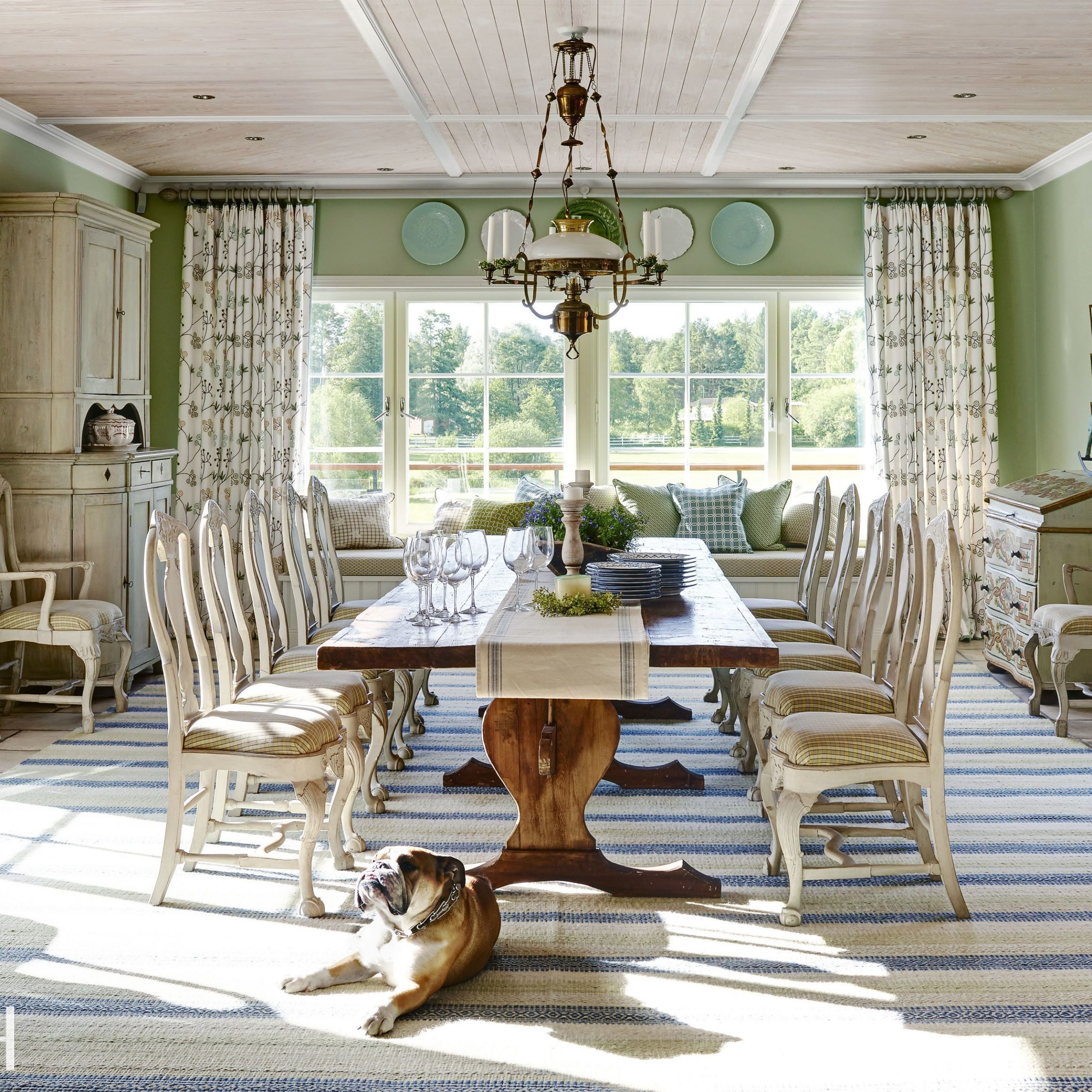 Walnut And Antique White Finish Contemporary Country Dining Tables Inside Most Current 19 Examples Of French Country Décor – French Country (Gallery 29 of 30)